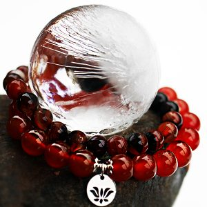 Karneol är en stabiliserande sten med hög energi och är känd för att stärka individen och stimulera kreativitet. Den kallas ofta för modets sten. Bär gärna karneol när du vill hämta mod i att hitta rätt val i livet. Karneol löser upp osäkerhet och gör en inre förändring möjlig. Mineralsmycken. Armband med karneol sten