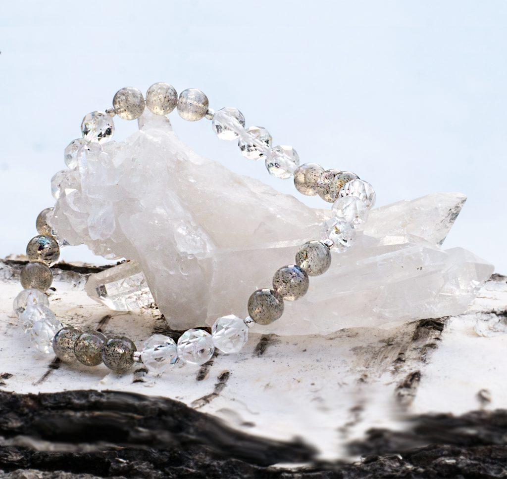 Armband - fasettslipad bergkristall och runda labradonit. Mineralsmycken.