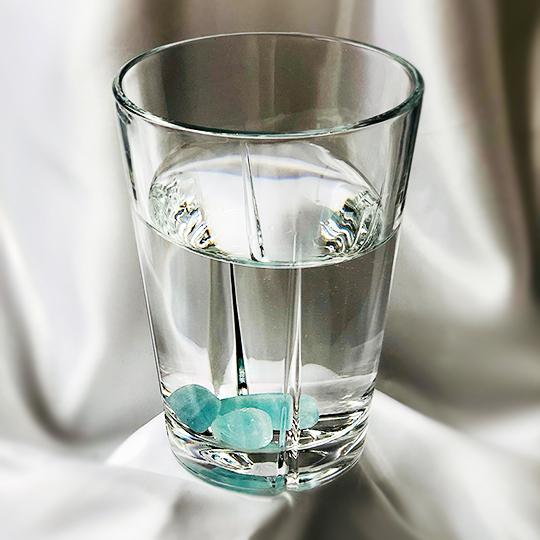 Akvamarin-sten renar vatten