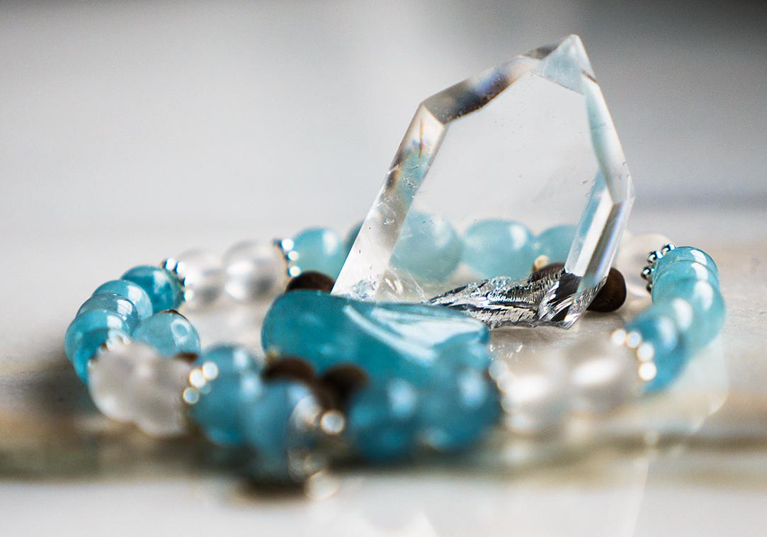 Akvamarin armband mineralsten. Mineralsmycken.