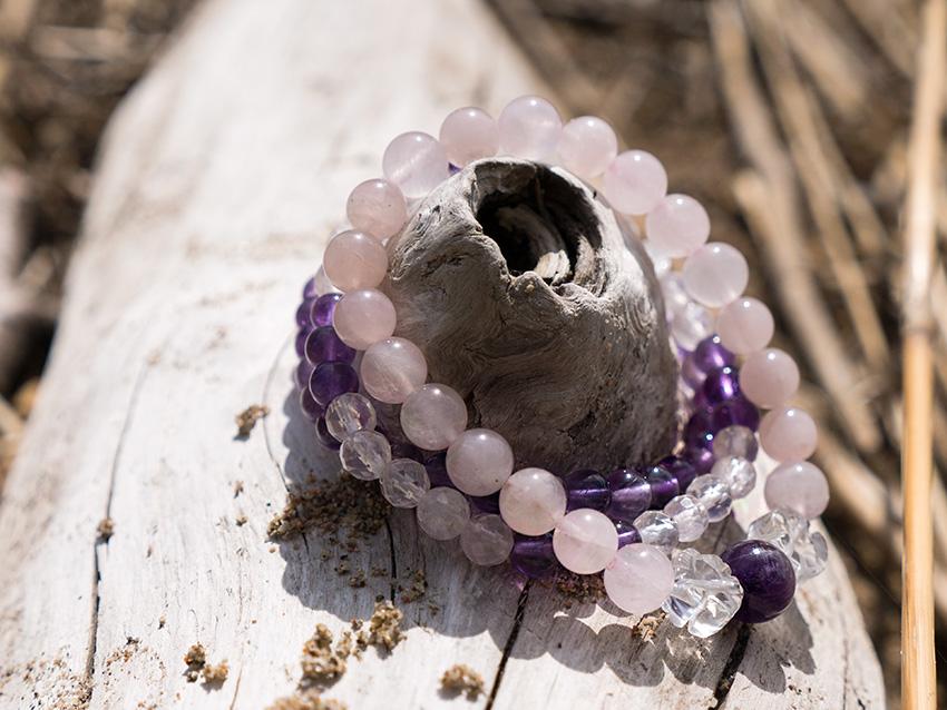 Armband av ädelsten och kristaller